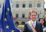Sindaco... Multicolor - Nella giornata mondiale dell'orgoglio omosessuale, Pisa ha deciso di issare sul pennone del Ponte di Mezzo la bandiera «rainbow», simbolo del movimento di liberazione lesbico, gay, bisessuale e transessuale internazionale. «In questa giornata Pisa è orgogliosa d'essere un punto di riferimento nazionale per una battaglia che ha già distinto la nostra città - ha detto il sindaco Marco Filippeschi sfoggiando, al posto del tricolore,  una banda con i colori della bandiera gay - Oggi, in particolare, contro l'omofobia e contro ogni discriminazione, per denunciare le violenze che abbiamo visto anche nelle ultime settimane. Perché i fatti accaduti facciano riflettere e creino risposte inclusive e solidali».