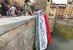 Flash mob sul ponte - «Primarie sempre primarie»,  lo striscione appeso dalle Officine democratiche