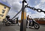 Non si passa più - In piazza dei Giudici è arrivata una catena che impedisce attraversare l'area pedonale