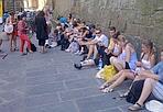 Ai piedi di Palazzo Vecchio - Il muretto di Palazzo Vecchio diventa la panchina creativa di un gruppo di turisti (Foto Federica Sanna)