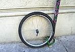 Se questa è una bici... - Ecco quel che resta di un bicicletta legata a un palo di Firenze (Foto di Mauro Bonciani
