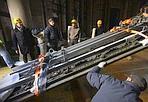 Lo smontaggio -  Al via i lavori di smontaggio della Porta Nord del Battistero del Ghiberti. Sarà restaurata per la prima volta in 600 anni. Al suo posto verrà installata una porta temporanea in legno e ferro, in attesa della copia ad arte destinata a sostituire l'opera permanentemente; al termine del restauro, l'originale sarà esposto nel Museo dell'Opera del Duomo.  Con le altre porte del Battistero, era stata rimossa un'altra volta, nel 1943, per metterla in sicurezza nel secondo conflitto mondiale.  Una volta rimosse le ante — 4 tonnellate ciascuna per 5 metri di altezza — saranno distese nel Battistero, in attesa del trasporte all'Opificio delle Pietre Dure nella notte tra il 18 e il 19 marzo.