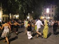 In Santo Spirito balli di gruppo E poi tamburi (senza controlli)