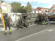 Pisa, si ribalta il trenino dei turisti: otto feriti lievi
