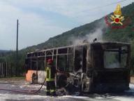Bus prende fuoco nel Pisano illesi autista e passeggera