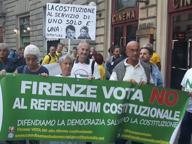 Firenze, corteo del M5S per il No al referendum: sfilano in 100