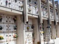 Danneggia tomba dell'ex vicino di casa: denunciata anziana di 77 anni