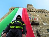 Firenze, maxi tricolore su Palazzo Vecchio per l'anniversario dell'Alluvione del 1966