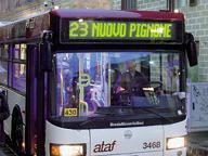 Calci e pugni sul bus: ferito con un collo di bottiglia ragazzo di 22 anni