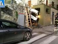 Impruneta, il camion dei rifiuti sbaglia strada e si incastra in un vicolo