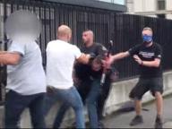L'agguato degli ultrà pisani fuori dallo stadio di Empoli nelle immagini della polizia