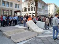 Livorno, in piazza con i materassi