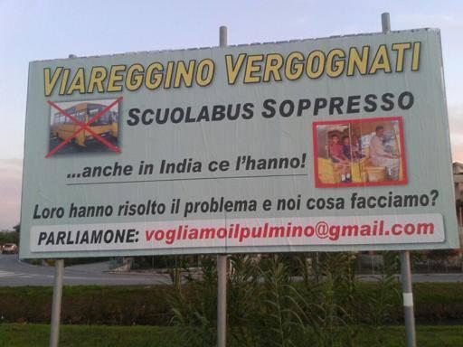 Viareggio, non c'è più lo scuolabus E spunta un cartellone di protesta
