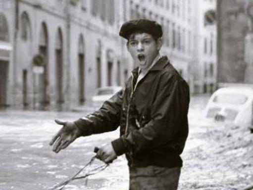 Alluvione, ecco chi è il ragazzo della foto d'autore: trovato su Facebook