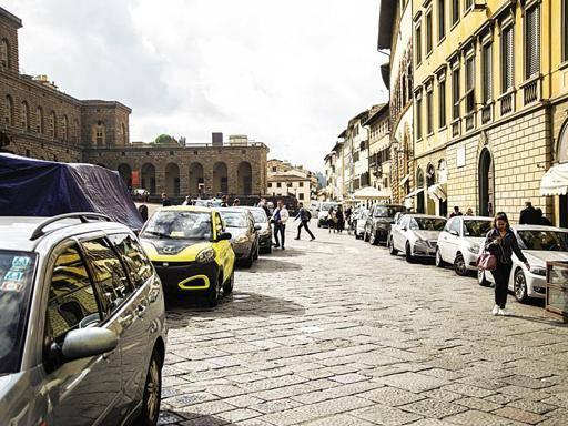 Firenze, continua l'assedio alle piazze Auto ovunque, nessuno controlla