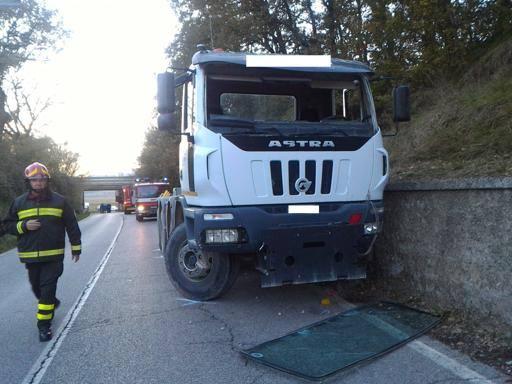 Siena, tir si incastra sotto viadotto dell'A1: verifiche all'autostrada